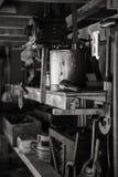 Viktorianische Äraklempnerwerkstatt mit Werkzeugen und Regalen Stockfotos