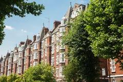 Viktorianische Architektur im belaubten Vorort stockbilder