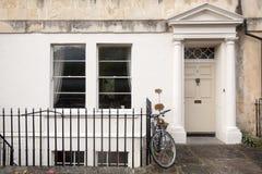 Viktorianische Hausfassadetür mit Fahrrad im Bad, England Stockbild