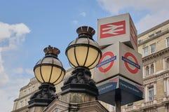 Viktorianische Kugel-Lichter und Untertagezeichen außerhalb Charing Cross-Bahnhofs London lizenzfreie stockbilder