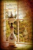 Viktorianische Lampe am Fenster lizenzfreies stockfoto