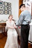 Viktorianische Paare: Seemann bittet um die Hand des Mädchens Lizenzfreies Stockbild