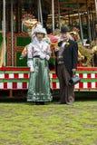 Viktorianischer Doktor und seine Frauausführende, die außerhalb des Fas stehen Stockbilder