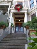 Viktorianischer Hauseingang mit Weihnachtsdekoration Stockfoto