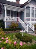 Viktorianischer Hauseingang und -garten Stockbilder