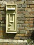 Viktorianischer Postbox in einer Backsteinmauer Stockfotografie