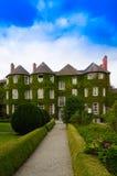 Viktorianischer Zustand mit einem schönen Garten Lizenzfreie Stockfotografie
