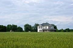 Viktorianisches Bauernhof-Haus und Weizen-Feld Lizenzfreie Stockfotos