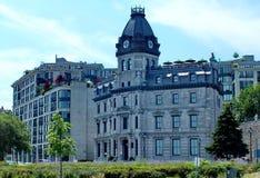 Viktorianisches Gebäude mit kupferner Haube, die zuerst Büros der Beauftragten des Hafens von Montreal unterbrachte lizenzfreies stockbild