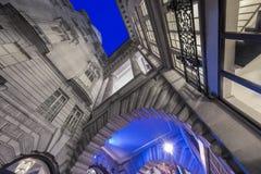Viktorianisches Gebäude in Piccadilly-Zirkus nachts lizenzfreie stockbilder