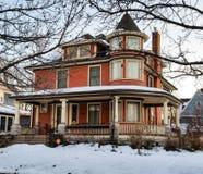 Viktorianisches Haus auf einem Wintermorgen Stockbilder
