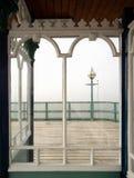 Viktorianisches Pier-Fenster, Ansicht zum Meer Lizenzfreie Stockfotos