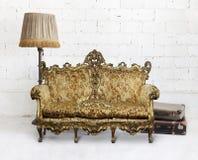 Viktorianisches Sofa im weißen Raum Lizenzfreie Stockfotos