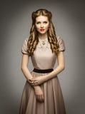 Viktoriansk historisk ålderklänning för kvinna, härlig lockig frisyr royaltyfria foton