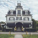 Viktoriansk stilbegravningsbyrå som är utsmyckad med unika galandes rede I royaltyfri fotografi