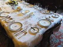 Viktoriansk tabell i ett walesiskt hus arkivfoton