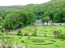 Viktoriansk Walled trädgård på den Kylemore abbotskloster Arkivfoton