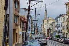 Viktorianska hus, arkitektur och skyskrapa i San Francisco Street royaltyfri bild