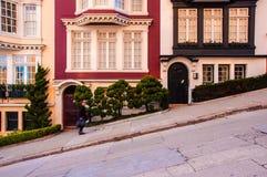 Viktorianska hus och bergig gata av San Francisco, Kalifornien, arkivbild