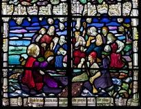 Viktorianskt målat glassfönster som visar Jesus Christ som predikar på ett fartyg på havet av Galilee. Royaltyfri Bild