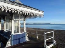 Viktorianskt skydd som förbiser den Weymouth stranden arkivfoto