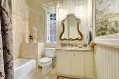 Viktorianskt stilförlagebadrum i varma krämiga signaler Royaltyfri Bild