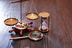 Viktskala och timglas arkivbild
