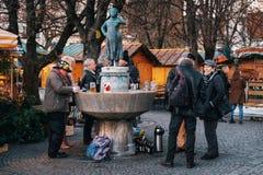 Viktualienmarkt vicino alla statua Liesl Karlstadt a Monaco di Baviera fotografia stock libera da diritti