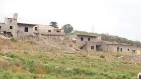 Vila abandonada com as casas arruinadas após a inundação, Creta, Grécia video estoque