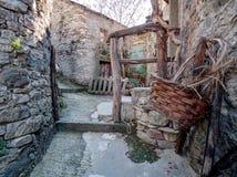 Vila abandonada com cesta Épocas perto, bygones imagens de stock royalty free