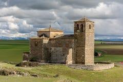 Vila abandonada de Las Fuentes e igreja na província de Segovia, uma cidade abandonada no meio do século XX no fotografia de stock royalty free