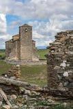 Vila abandonada de Las Fuentes e igreja na província de Segovia, uma cidade abandonada no meio do século XX no foto de stock royalty free