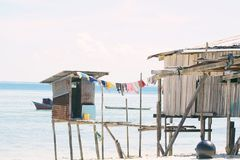 Vila aciganada do mar na costa da ilha de Maiga, Semporna, Sabah, Malásia fotos de stock royalty free