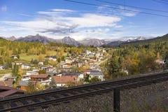 Vila alpina catita com trilhas do trem Foto de Stock Royalty Free