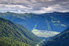 Vila alpina de Obertilliach em Lesachtal Tirol do leste Áustria imagens de stock royalty free