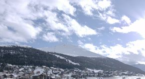 Vila alpina na neve Imagem de Stock Royalty Free