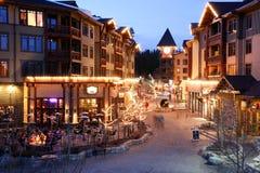 Vila alpina na noite, Mammoth Mountain, Califórnia imagens de stock royalty free