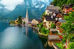 Vila alpina velha maravilhosa e manhã enevoada, Hallstatt, Salzkammergut, Áustria fotos de stock