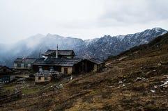 Vila ao longo do passeio na montanha do acampamento base de Everest nos Himalayas nepaleses imagens de stock