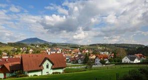 Vila austríaca Etzersdorf-Rollsdorf na queda Estado federal Styria, Áustria foto de stock royalty free