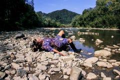 Vila av en ung kvinna på en sjö Royaltyfri Foto