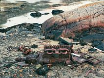 Vila av motorkvarteret av det sjunkna fartyget Övergiven motor av skeppsbrott på havet Arkivbild
