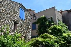 Vila azul das janelas de St Croix du Verdon imagem de stock royalty free
