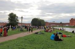 Vila besökare av den historiska festivalen på en molnig afton Arkivbilder