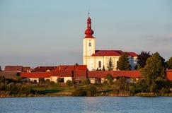 Vila boêmia típica com a igreja e as casas com telhados vermelhos imagem de stock royalty free