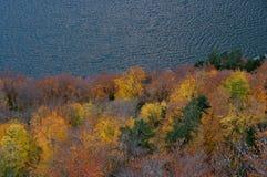 Vila bonita de Hallstatt no lado de um lago no cume Fotos de Stock Royalty Free