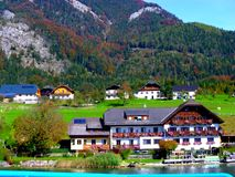 Vila bonita em Áustria, sob os cumes imagens de stock