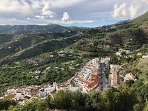 Vila branca em montes espanhóis da Andaluzia foto de stock