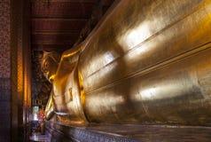 Vila Buddha av Wat Pho, för gränsmärke och för nr. 1 turist- dragningar i Thailand. Arkivfoto