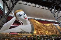 Vila Buddha i den Chauk Htat Gyi pagoden i Yangon Arkivbilder